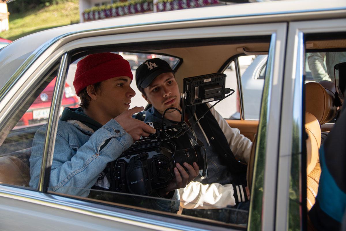 Zu sehen ist Niklas Hugo Schwärzler und Ferdi Herwei bei dem Dreh für ein Musikvideo. gemacht von Pia Berchtold.