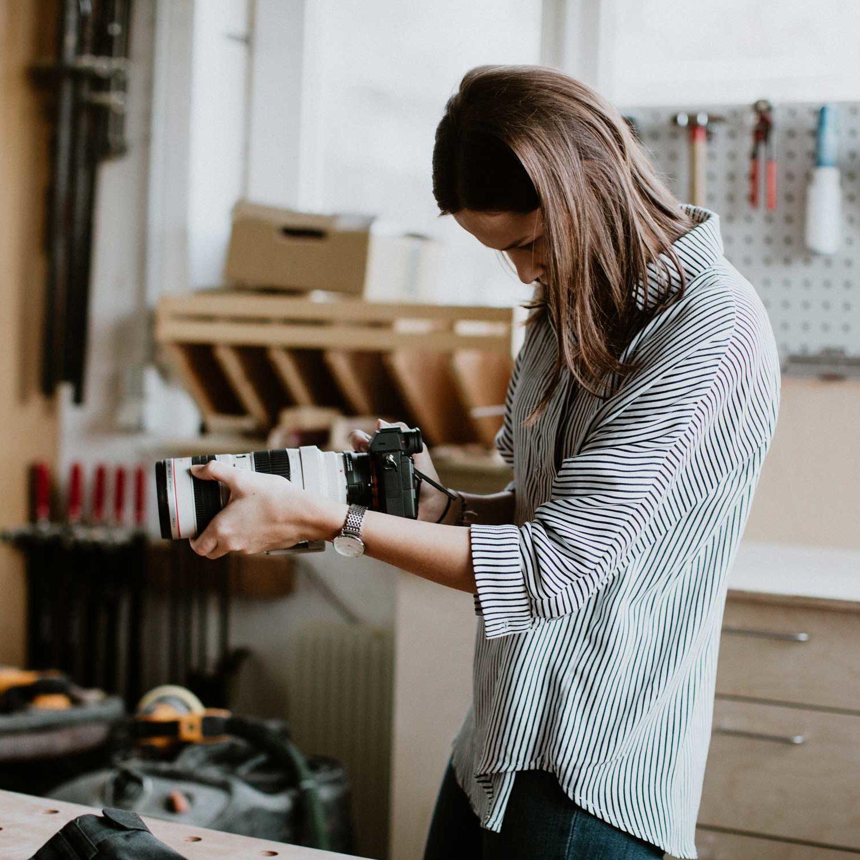Zu sehen ist Pia Berchtold am Arbeiten mit der Kamera. Gemacht von Nina Bröll.