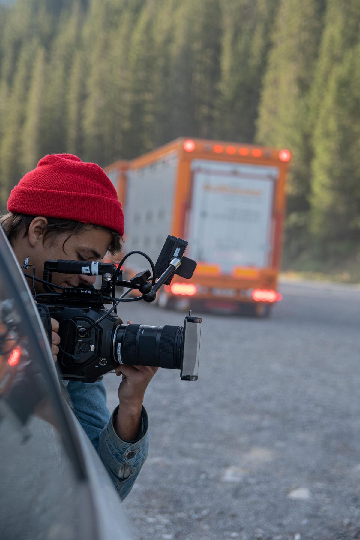 Zu sehen ist Kameramann Niklas Hugo Schwärzler bei dem Dreh für ein Musikvideo von Prinz Grizzley. gemacht von Pia Berchtold.