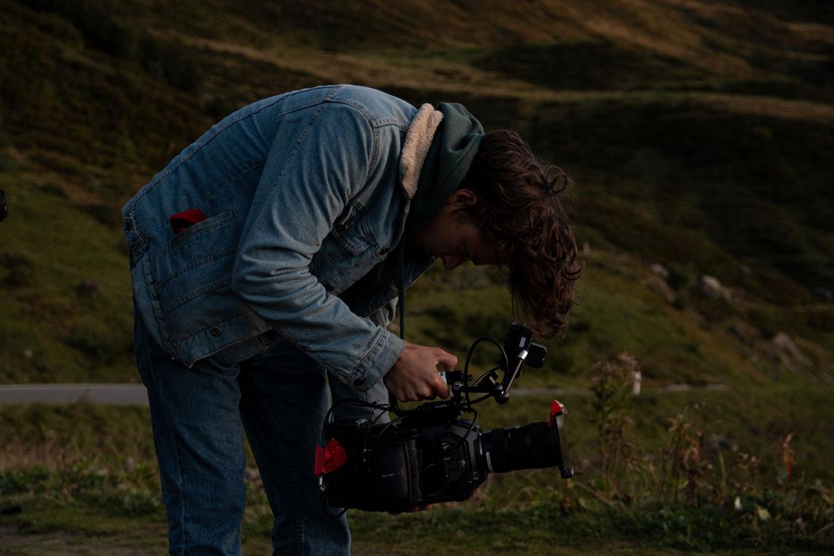 Zu sehen ist Niklas Hugo Schwärzler bei dem Dreh für ein Musikvideo. gemacht von Pia Berchtold.